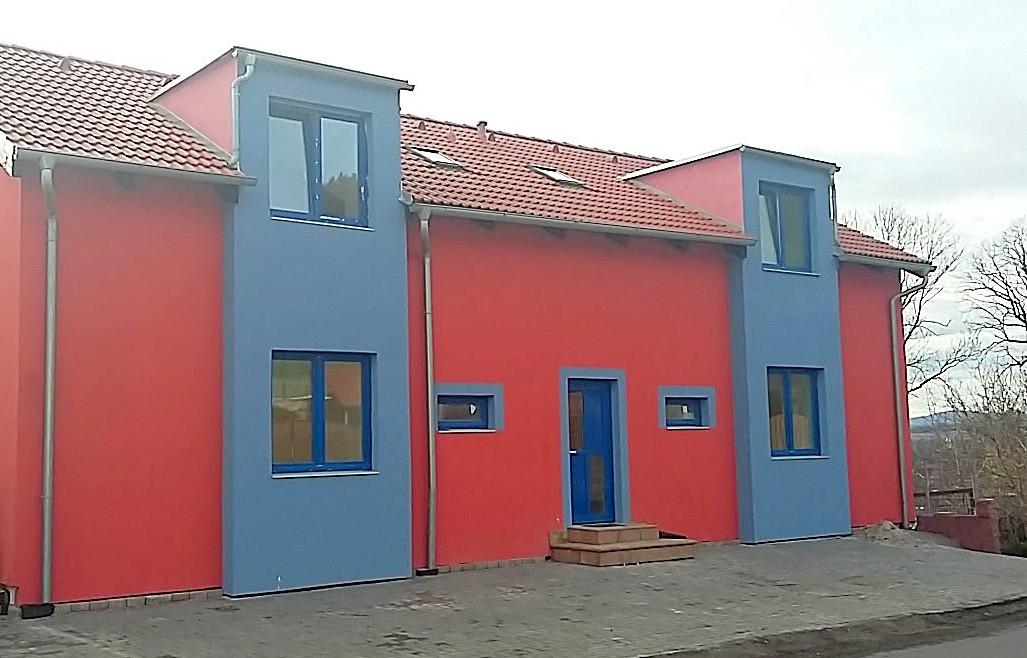 Oranžový domeček s modrými okny